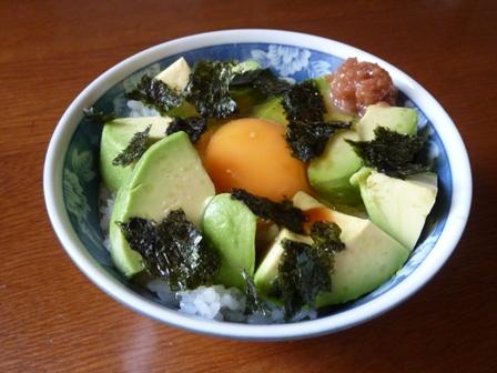 アボカドと梅肉の卵かけご飯